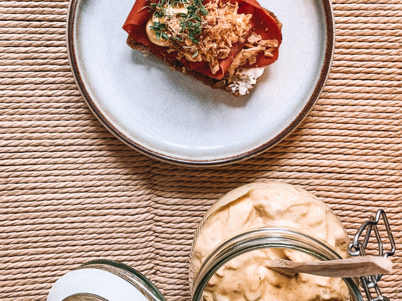 Smørrebrød med plante-pålæg og grov remoulade