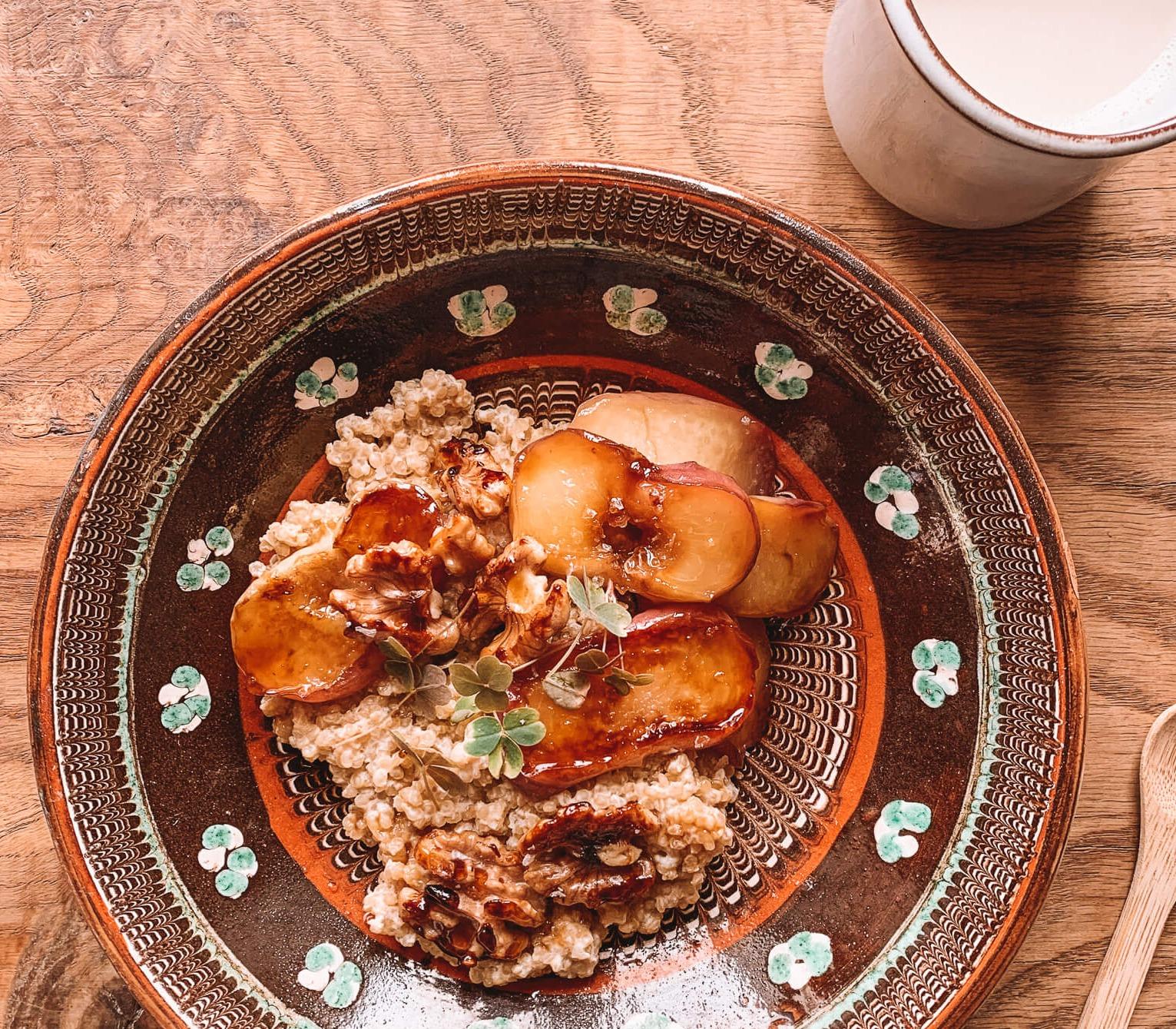 Quinoagrød med karamelliserede ferskner og valnødder