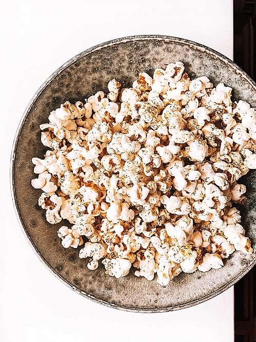 Popcorn med sourcream og dild