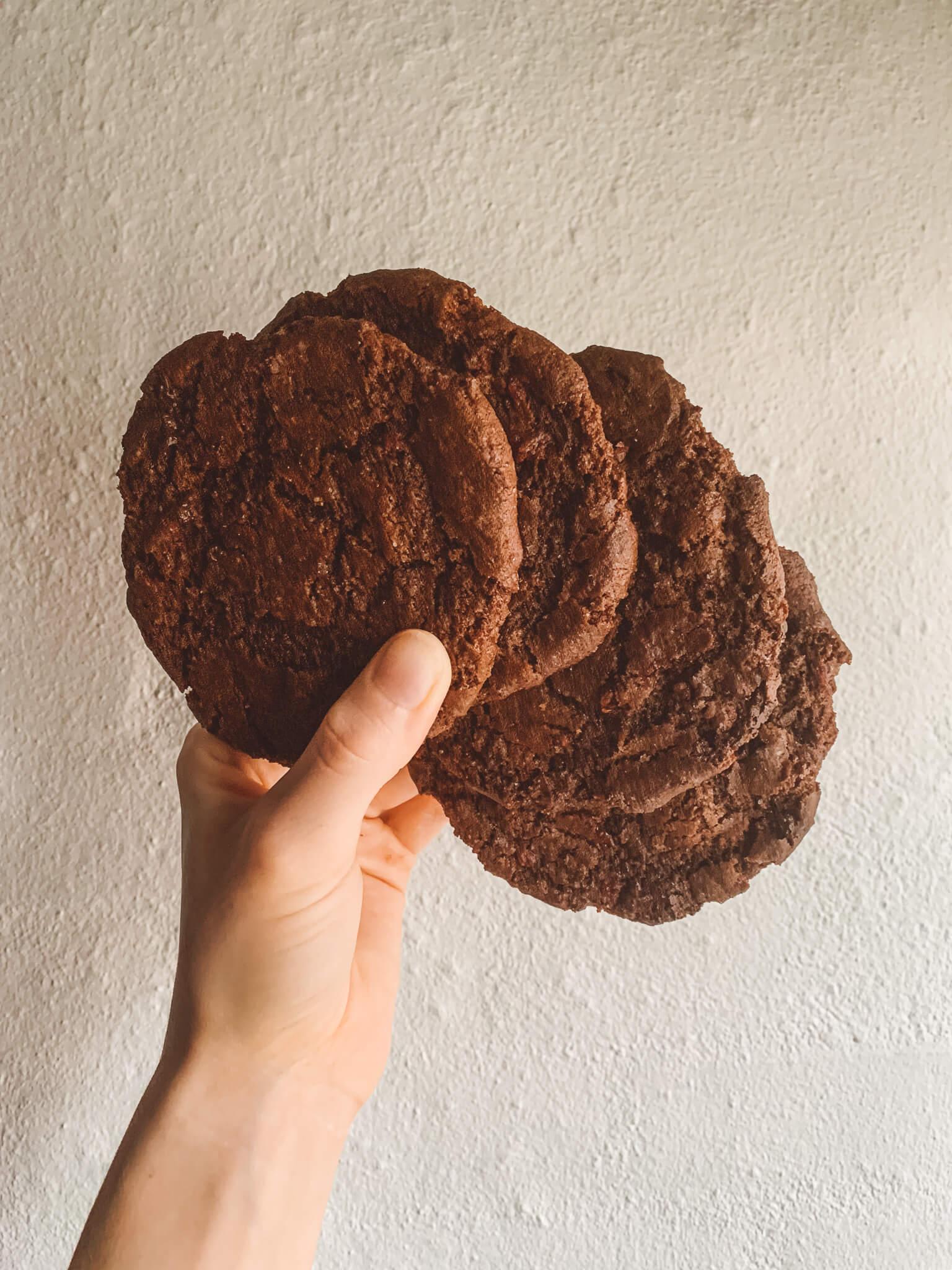 Cookies med chokolade og tørrede kirsebær